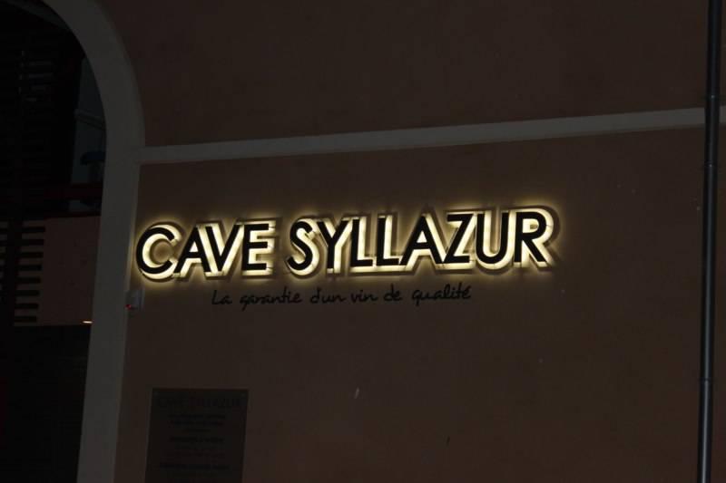 six fours enseigne lumineuse led pour une cave vin fabrication d 39 enseignes lumineuses led. Black Bedroom Furniture Sets. Home Design Ideas